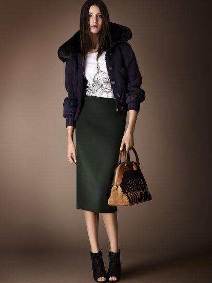Девушка в юбкеи куртке