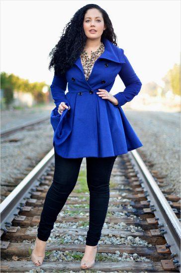 Девушка в ярко-синем пальто