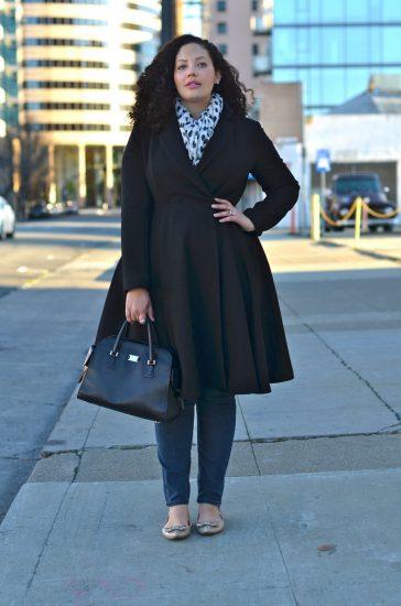 Полненькая девушка в пальто