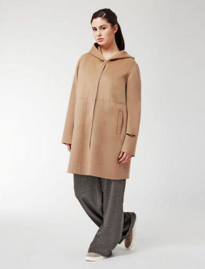 Девушка в пальто с капюшоном