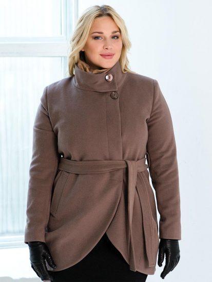 Девушка в укороченном пальто