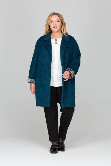 Тёмно-бирюзовое пальто на девушке