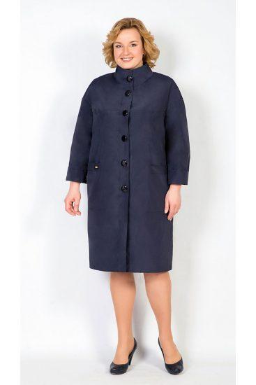 Тёмно-синее пальто на полной девушке