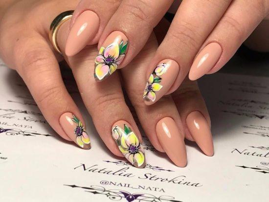 Нюдовый маникюр с цветами