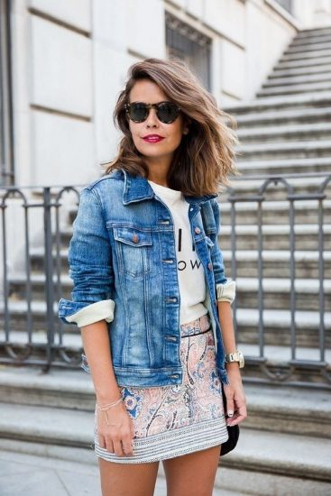Девушка в джинсовой куртке и короткой юбке