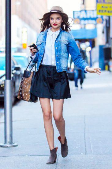 Джинсовая куртка с чёрной юбкой на девушке
