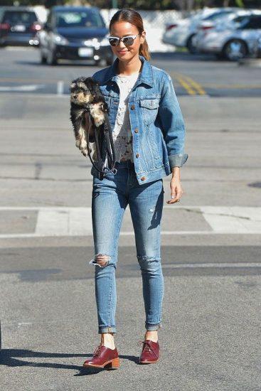 Девушка в джинсовой куртке и джинсах