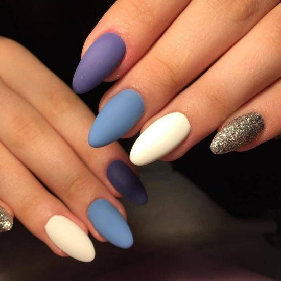 Ногти с лаком разного цвета