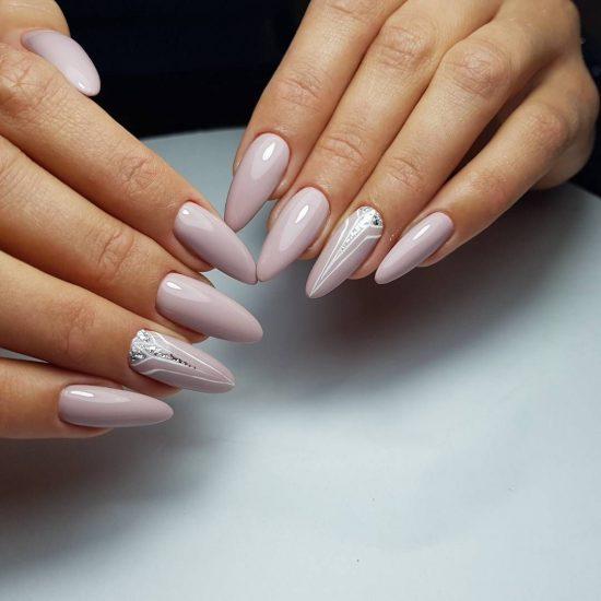Длинные ногти миндалевидной формы с красивым дизайном