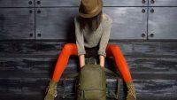 Девушка в шляпе с рюкзаком