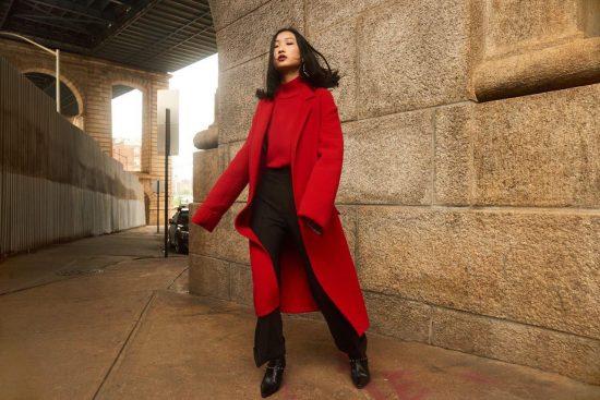 Чёрные брюки и красное пальто