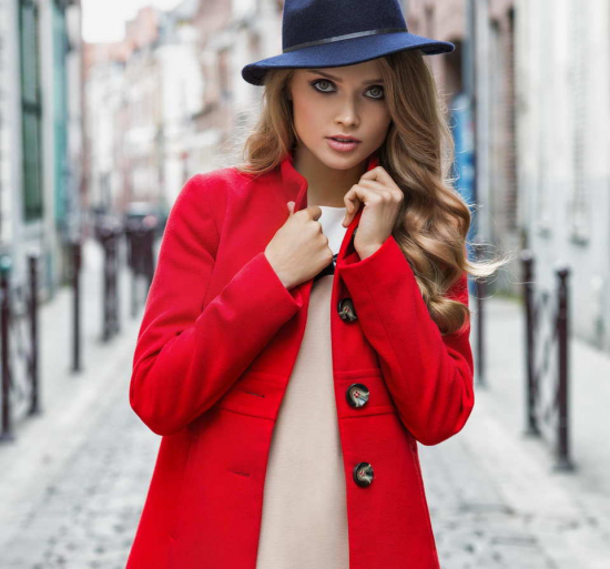 Красное пальто и кремовое платье