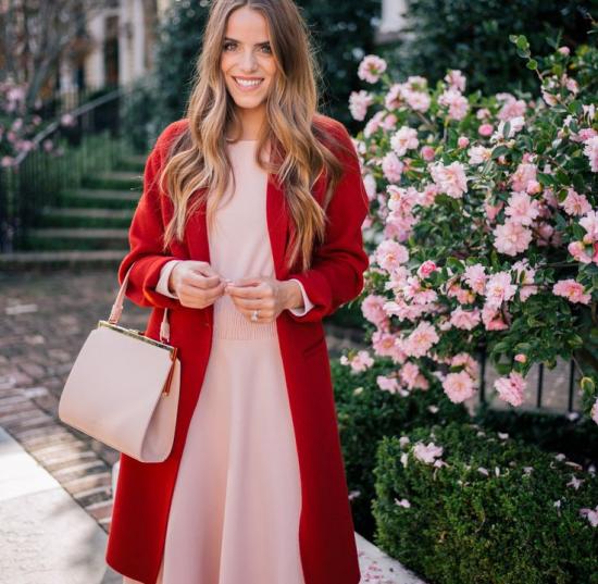 Платье с красным пальто