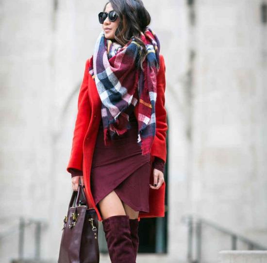 Сочетание красного пальто, платья и объёмного шарфа