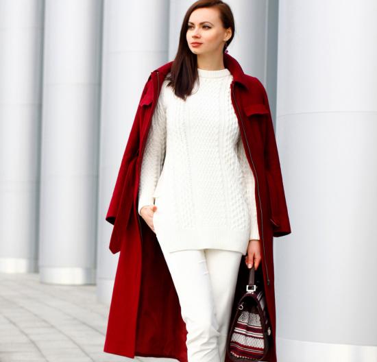 Белые брюки и красное пальто
