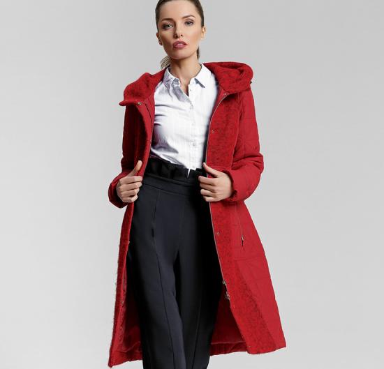 Брюки и красное пальто