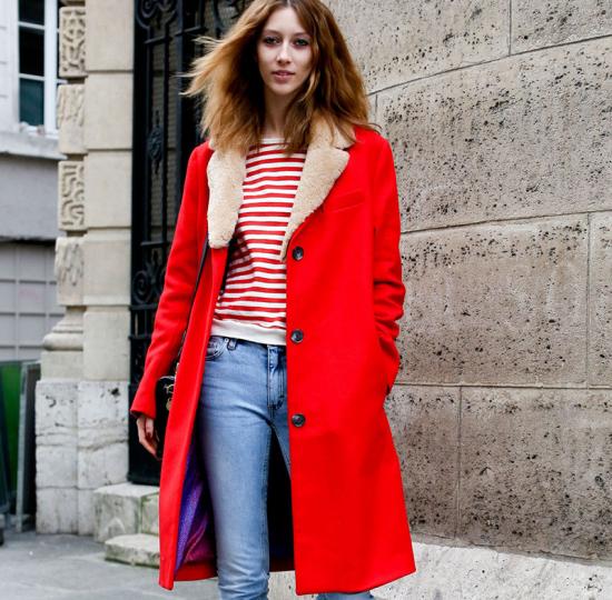 Голубые джинсы и красное пальто