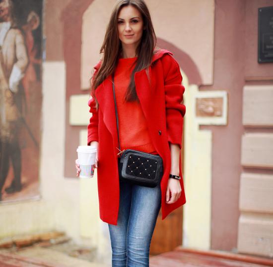 Красное пальто в сочетании с джинсами