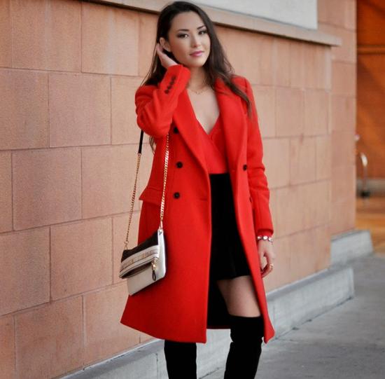 Чёрная юбка и красное пальто