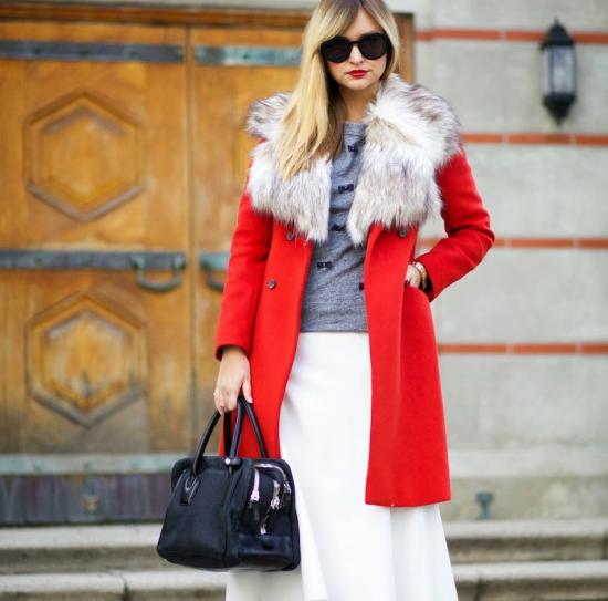 Белая юбка и красное пальто