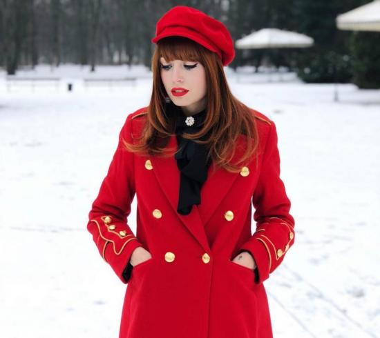 Пальто и кепи красного цвета