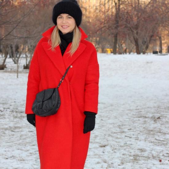 Чёрная шапка и красное пальто