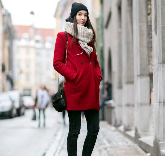 Красное пальто и шарф