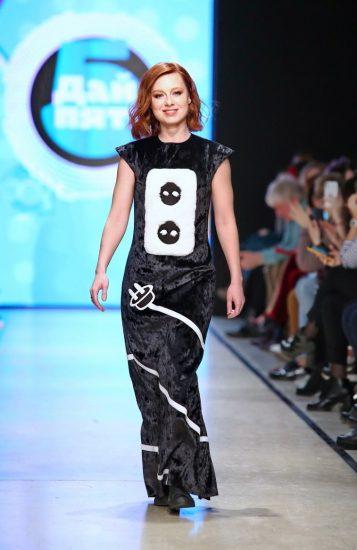 Юлия Савичева в одежде от начинающего дизайнера