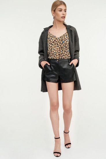 Девушка в коротких кожаных шортах
