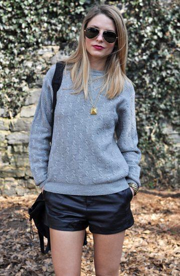 Девушка в кожаных шортах и свитере