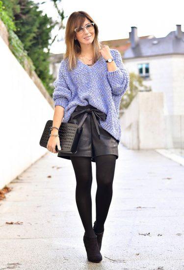 Девушка в кожаных шортах и длинном свитере