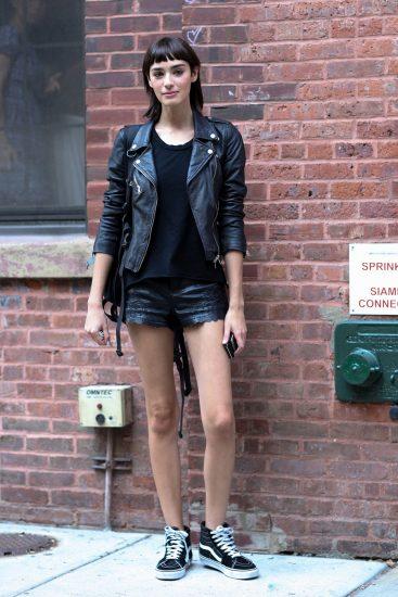 Девушка в кожаных шортах и косухе