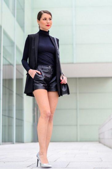 Девушка в кожаных шортах и пиджаке