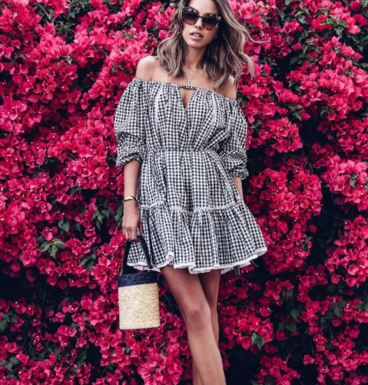 Платье с широкими ниспадающими рукавами