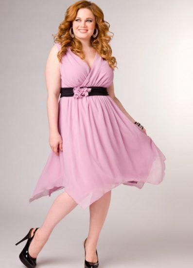 Полная девушка в розовом платье