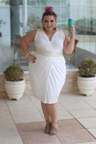 Полная девушка в белом платье