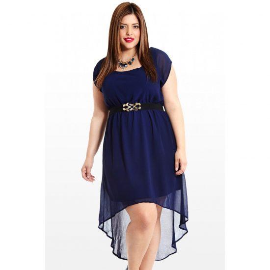 Полная девушка маленького роста в синем платье