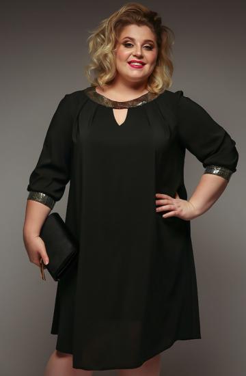 Полная девушка в платье прямого силуэта