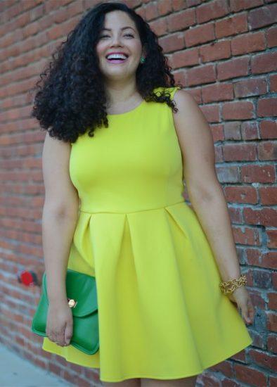 Полная девушка в платье с завышенной талией