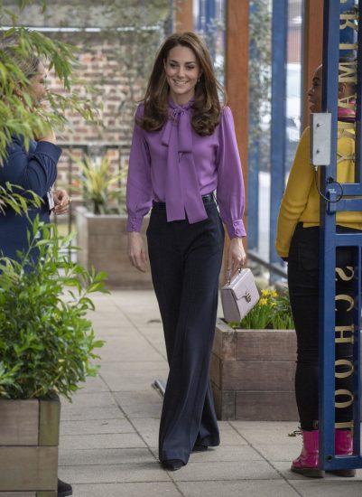 Кейт Миддлтон в блузке и брюках