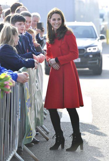 Кейт Миддлтон в алом пальто