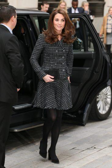 Кейт Миддлтон в сером пальто и чёрных калготках