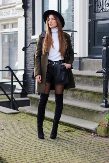 Девушка в кожаных шортах и ботфортах