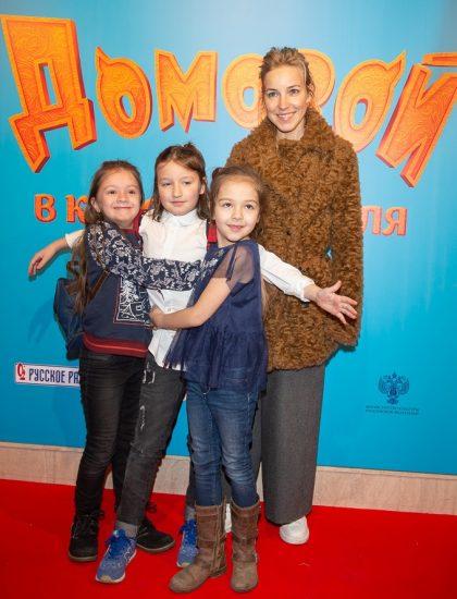 Мария Шалаева с дочкой и её подругами