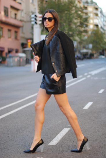 Девушка в кожаных шортах и туфлях