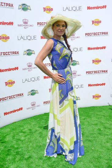 Эвелина Блёданс в шляпке и платье