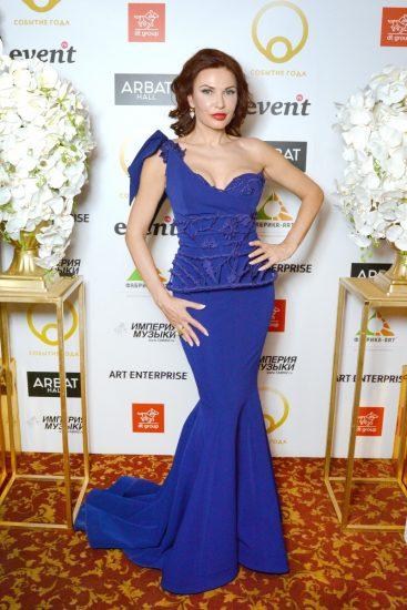 Эвелина Блёданс в синем платье