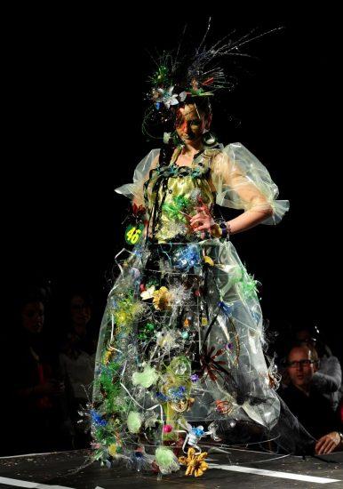 Платье из пластикового мусора