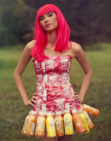 Платье из пластиковых бутылок и этикеток