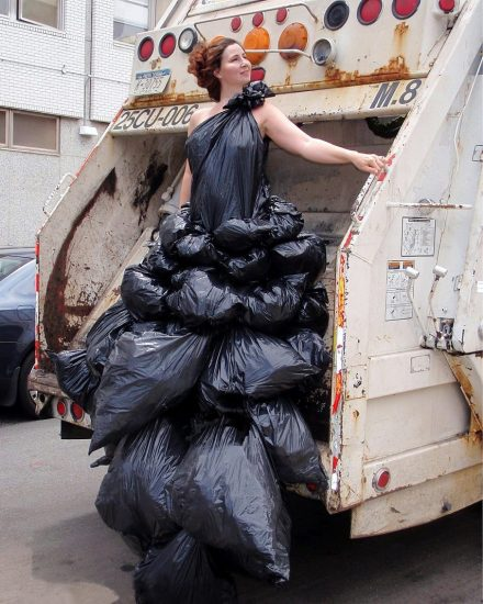 Платье из мусорных пакетов